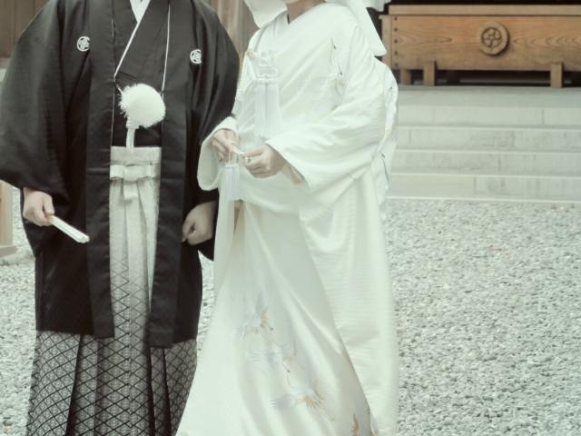 神社で挙式する新郎新婦